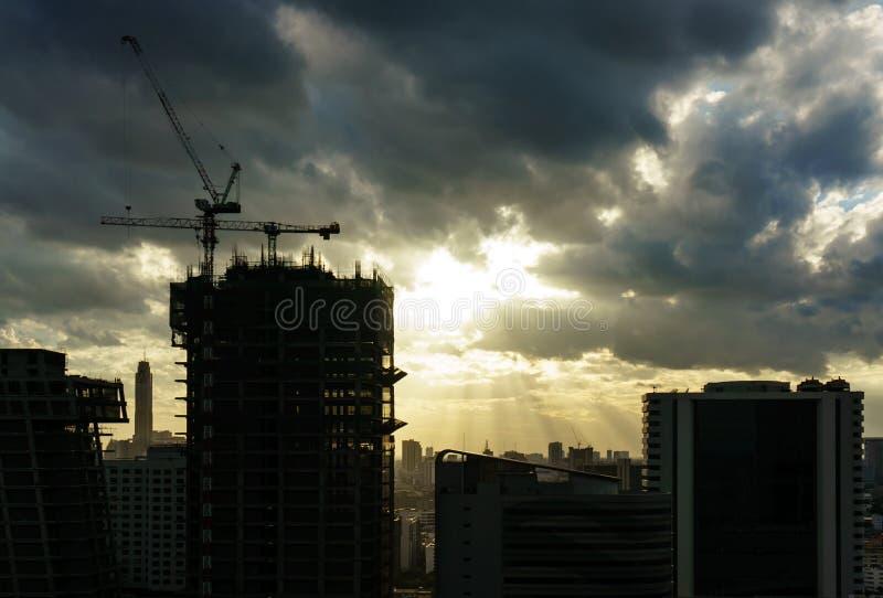 Widok Bangkok w centrum miasto zaświeca z tyndall skutkiem obrazy stock