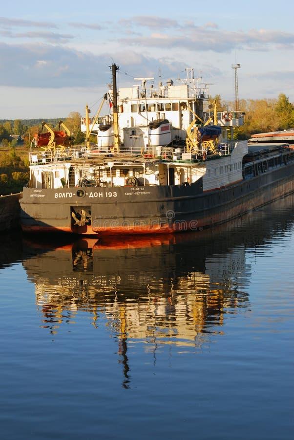 Widok barka na Volga rzece zdjęcie stock