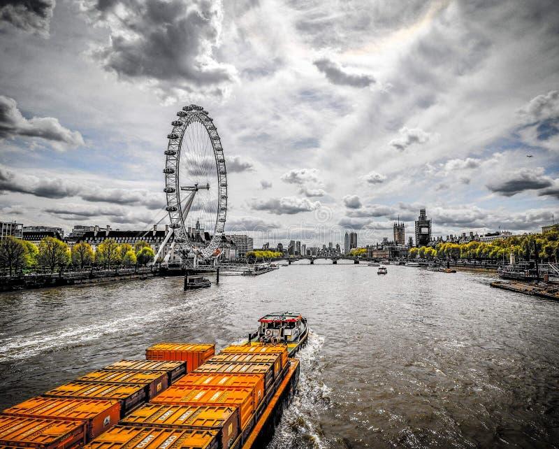 Widok barki ciągnięcia żółci cointainers wzdłuż Rzecznego Thames Londyn fotografia stock