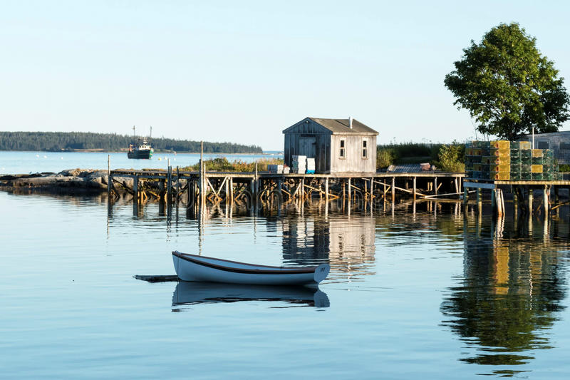 Widok Basowy schronienie z rząd łodzią, dokiem, labster oklepami i ryba, zdjęcia stock