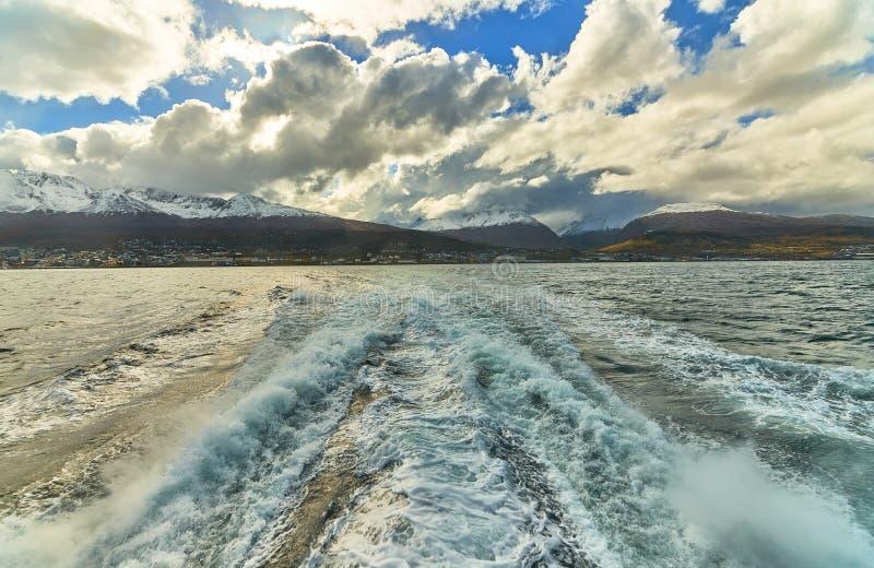 Widok Beagle kanał podczas zmierzchu obok Ushuaia Argentyński i Chilijski Patagonia zdjęcie stock