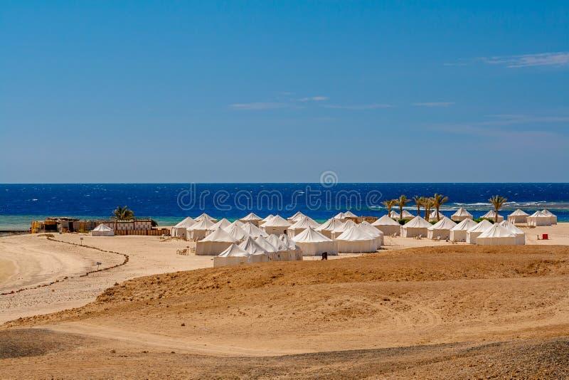 Widok Beduińscy namioty brezentowi na słonecznym dniu na plaży w Marsa Alam zdjęcie royalty free