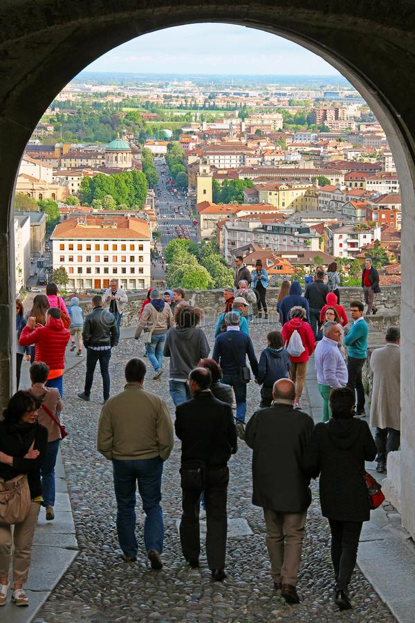Widok Bergamo Niski miasteczko od Świątobliwej Giacomo bramy, Włochy zdjęcia stock