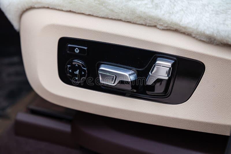 Widok bielu i brązu wnętrze samochód z siedzenie kontrolą zapina po czyścić przed sprzedażą na parking fotografia stock