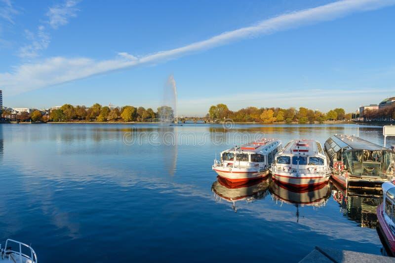 Widok Binnenalster lub Wewnętrzny Alster jezioro z Alster fontannami hamburger Niemcy obraz stock