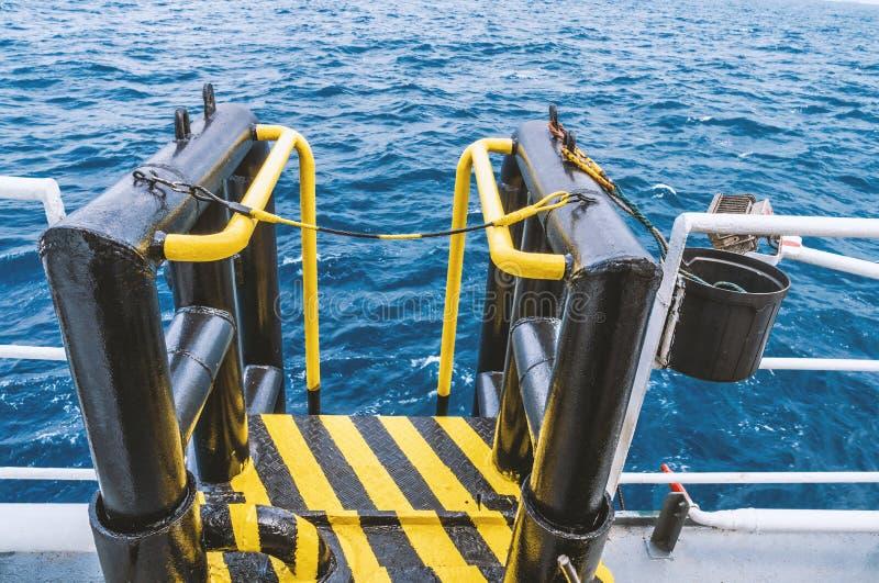 Widok boatlanding na morzu naczynie - instalacja dla załoga zmiany zdjęcia stock