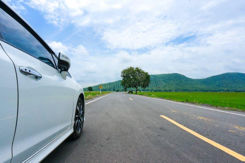 Widok Boczni samochody na drodze i podpisuje wewnątrz kraju miasteczko fotografia stock