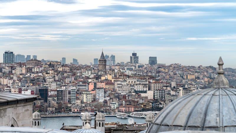 Widok Bosphorus od podwórza Suleymaniye meczet przez cały kopuł, Istanbuł, Turcja zdjęcia stock
