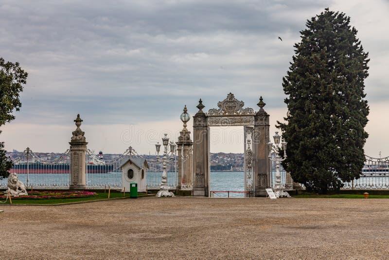 Widok Bosphorus przez płotowego grille przed Dolmabahce pałac w Istanbuł, Turcja zdjęcia stock