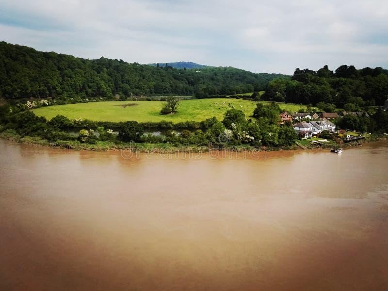 Widok brown rzeka i wieś od Chepstow Roszujemy zdjęcia royalty free