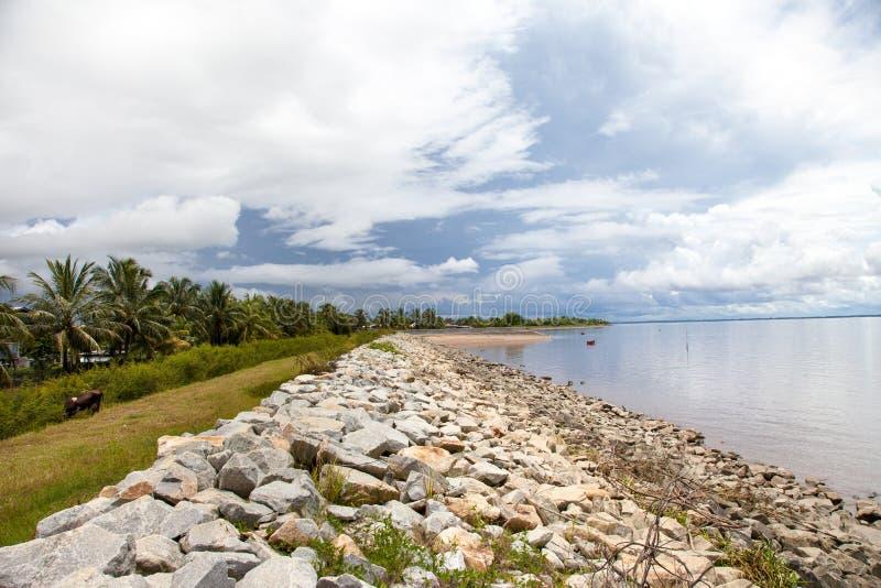 Widok brud ściana głazy wzdłuż brzeg Atlantycki ocean, Guyana na tle niebieskie niebo zdjęcie stock