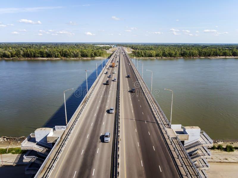 Widok budujący miasto most przez rzekę Miasto rzeki bramy Trasportation przez rzekę przy horyzontem i lasem obraz stock