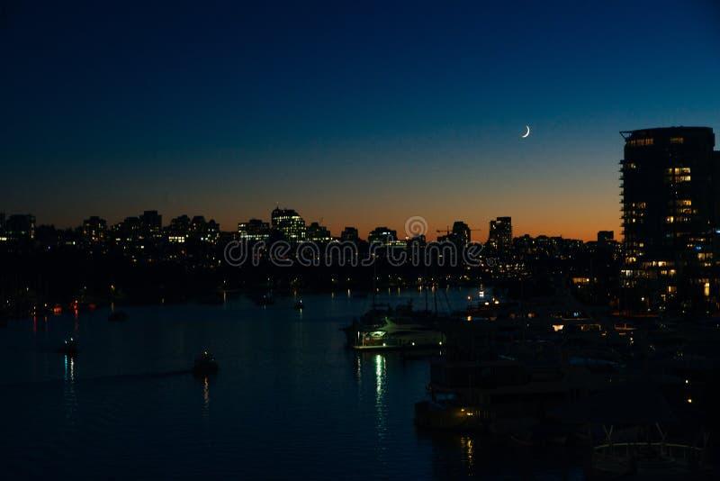 Widok budynków oświetlonych w mieście na wybrzeżu Vancouver, Kanada fotografia stock