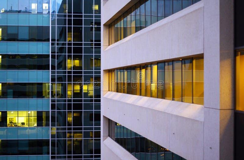 Widok budynki biurowi od graniczącego budynku zdjęcia royalty free