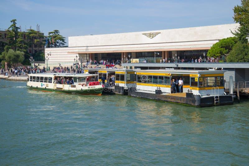 Widok budynku stacji kolejowej i przystanku Ferrovia vaporetto, Wenecja fotografia stock