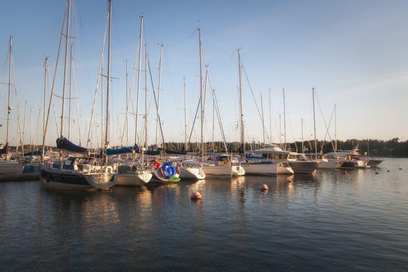 Widok bulwar z jachtami na Aland wyspach Aland wyspy Finlandia, Lipiec - 12, 2019 - Wybrze?e morze ba?tyckie obraz stock
