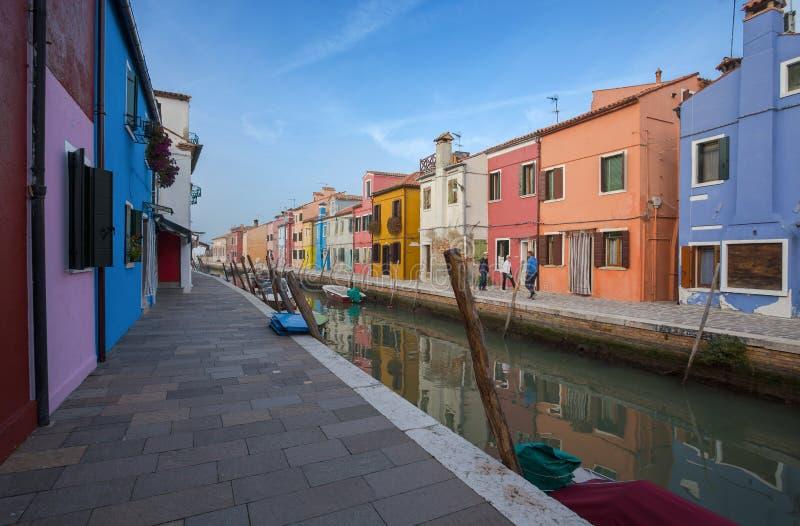 Widok Burano wyspa, mała wyspa wśrodku Wenecja Venezia terenu, sławny dla koronkowego robić i swój kolorowych domów , Włochy, obrazy royalty free