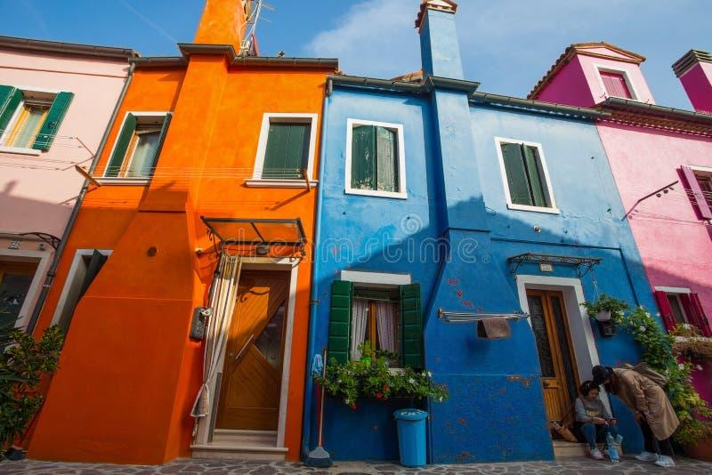 Widok Burano wyspa, mała wyspa wśrodku Wenecja Venezia terenu, sławny dla koronkowego robić i swój kolorowych domów , Włochy, zdjęcia royalty free