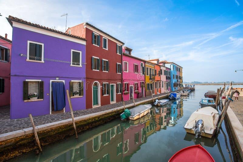 Widok Burano wyspa, mała wyspa wśrodku Wenecja Venezia terenu, Włochy, sławny dla koronkowego robić i swój kolorowych domów, Włoc zdjęcia stock