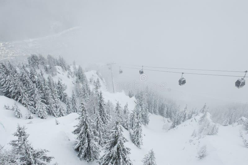 Widok cableway iść puszek Chamonix wioska, Francja obrazy stock