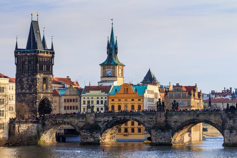 Widok Charles most i Stary miasteczko mosta wierza, (Karluv najwięcej) zdjęcie royalty free