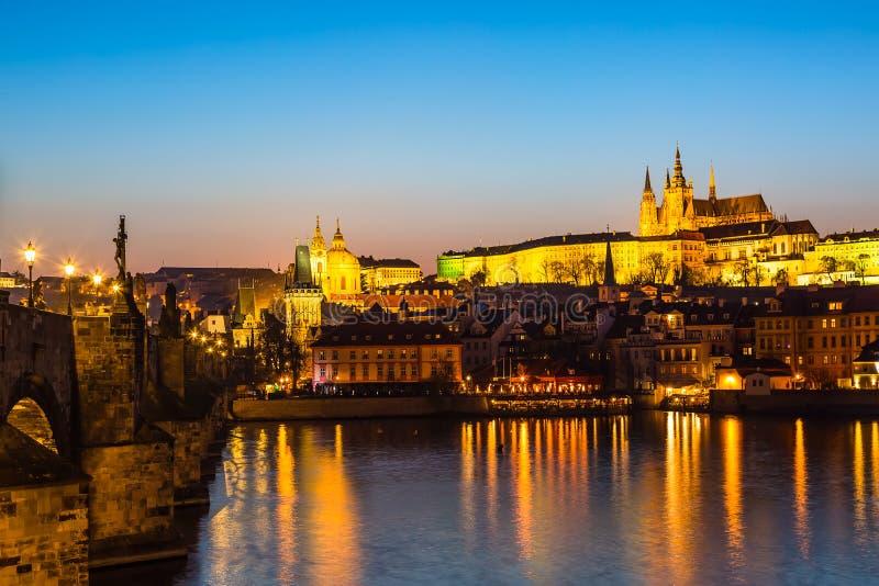 Widok Charles mosta, Praga kasztelu i Vltava rzeka w Praga, republika czech podczas zmierzchu czasu Światów sławni punkty zwrotni zdjęcie stock