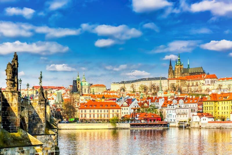 Widok Charles mostu, Praga kasztelu i Vltava rzeka w Praga, republika czech ?adny pogodny letni dzie? z niebieskim niebem i chmur obraz royalty free