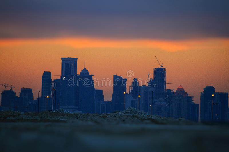 Widok chmury z Doha i zmierzch góruje fotografia stock