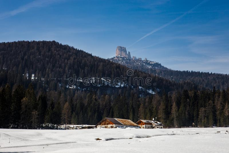 Widok Cinque Torri, jak widzie? od drogi Passo Giau blisko Cortina d, wysoka wysokog?rska przepustka ?Ampezzo, dolomity, W?ochy obraz stock