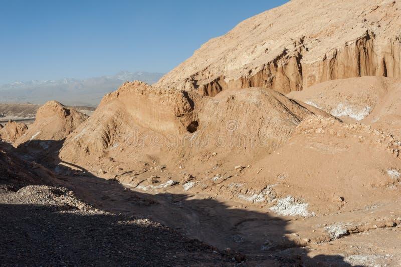 Widok Cordillera De Los angeles Sal, biel sól wyłania się od skał, Zasolone góry Andes, Chile w Atacama pustyni, - obraz royalty free