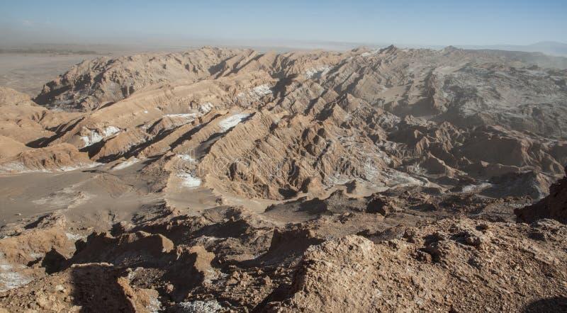 Widok Cordillera De Los angeles Sal, biel sól wyłania się od skał, Zasolone góry Andes, Chile w Atacama pustyni, - fotografia stock