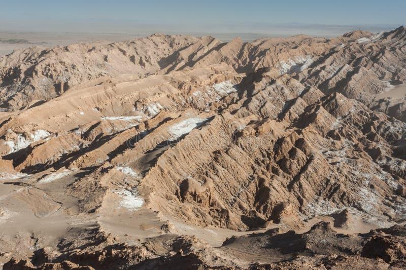 Widok Cordillera De Los angeles Sal, biel sól wyłania się od skał, Zasolone góry Andes, Chile w Atacama pustyni, - obraz stock