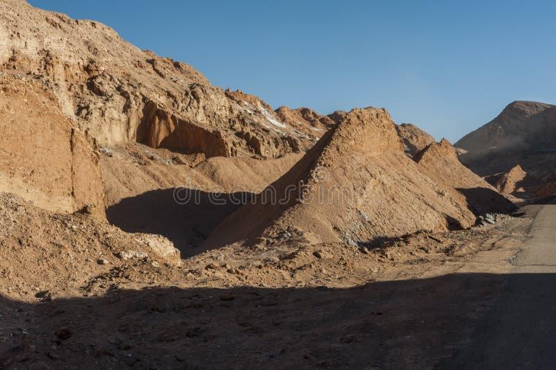 Widok Cordillera De Los angeles Sal, biel sól wyłania się od skał, Zasolone góry Andes, Chile w Atacama pustyni, - zdjęcia stock