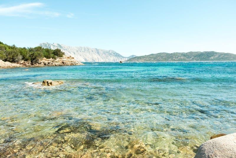 Widok cudowny plażowy Sardinia, Włochy piękna natura Śródziemnomorska, jasna błękitne wody, zdjęcie stock