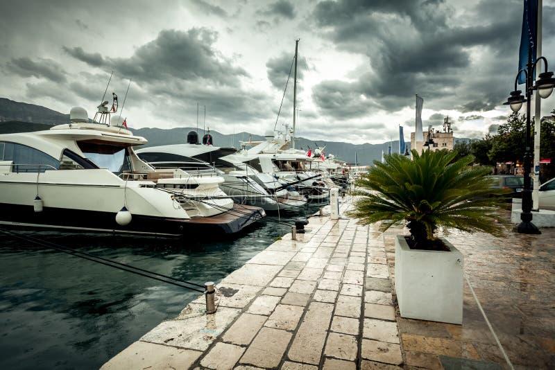Widok cumujący luksusowi jachty przy chmurnym i deszczowym dniem obrazy stock