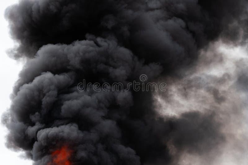 Widok czarne ruch chmury silny ogienia dym zakrywał niebo zdjęcie royalty free