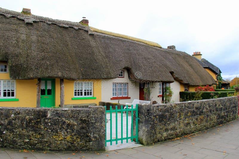 Widok czarować pokrywać strzechą chałupy wzdłuż głównej drogi w wiosce Adare, Irlandia, spadek, 2014 zdjęcie royalty free