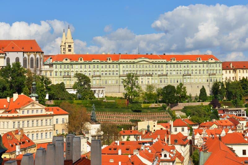 Widok czerwoni dachy Stary miasteczka i Praga kasztel zdjęcia royalty free