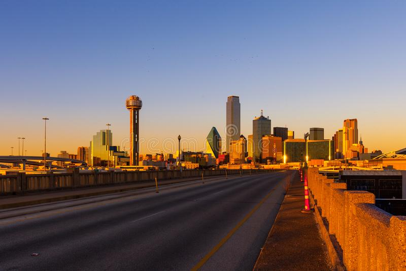 Widok Dallas pejzaż miejski od Houston St wiaduktu mosta dur zdjęcia stock