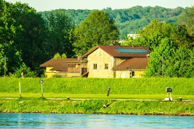 Widok Danube brzeg rzeki, Donaupark w Linz, Górny Austria, wibrujący zielony kolor, złoci słońce promienie, halna panorama w back obrazy stock