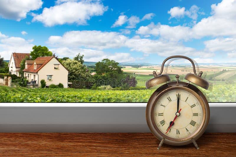 Widok dom na lato winnicy krajobrazie od okno z alar obrazy stock