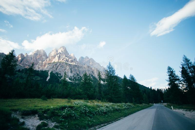 Widok droga blisko Tre Cime Di Lavaredo fotografia stock