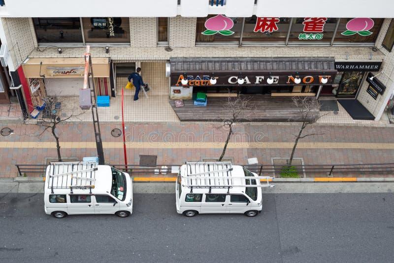 Widok droga w takadanobaba, z dwa samochodem dostawczym parkującym na stronie ulica obraz stock