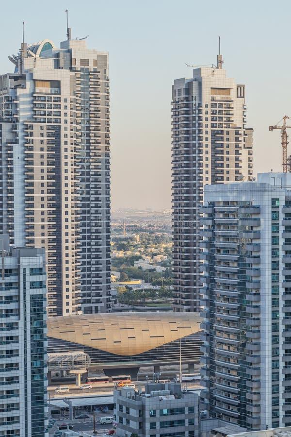 Widok Dubaj metro po środku drapacz chmur UAE zdjęcia stock