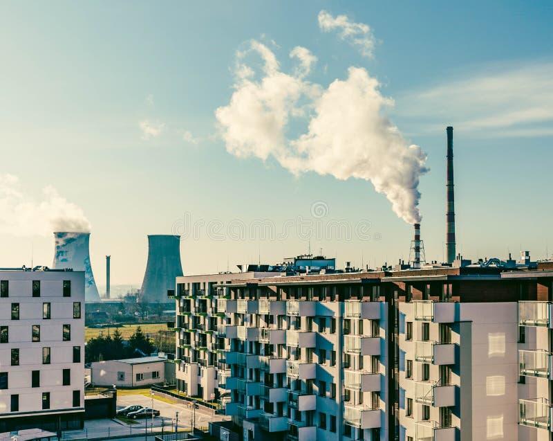 Widok Duzi kominy w mieście, zanieczyszczenie problemu/ obrazy stock