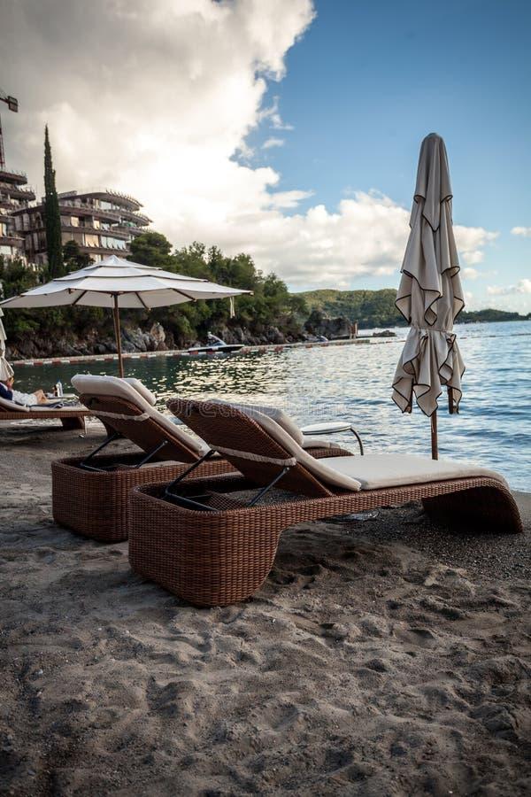 Widok dwa drewnianego sunbeds z parasolami na morze plaży obraz stock