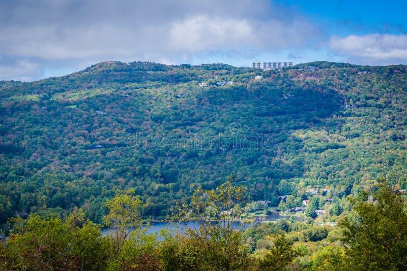 Widok Dziadek jezioro od Uroczystego i Blue Ridge Mountains zdjęcia stock