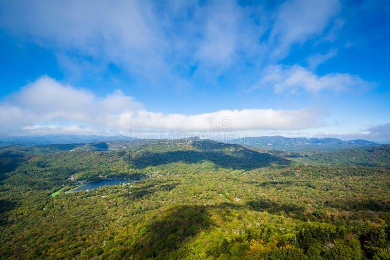 Widok Dziadek jezioro od Uroczystego i Blue Ridge Mountains obraz royalty free