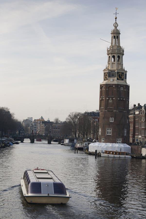 Widok dziejowy centrum miasta od książe Hendrik pasa ruchu z Montelbaan wierza w tle, Amsterdam, obraz stock