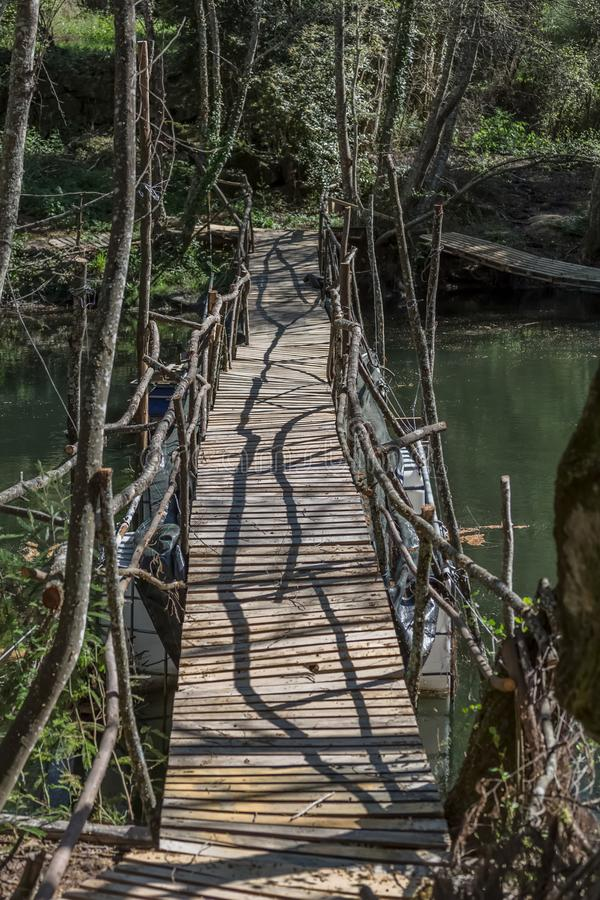 Widok ekologiczny most, robić z przetwarzającymi materiałami w zwyczajnej trasie w Dão rzece, obrazy royalty free